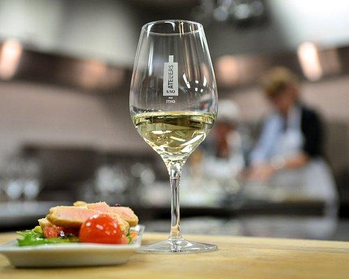 Dans une ambiance conviviale, apprenez à faire cohabiter bons plats et bons vins.