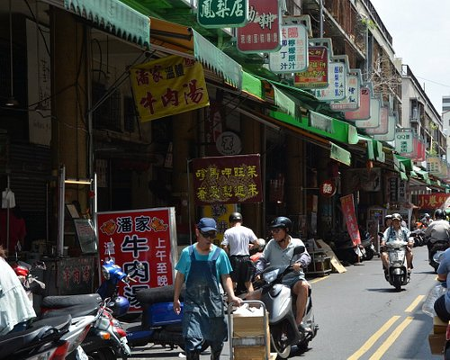 狭い通りに店がひしめく。あるいて見学するのに半日?