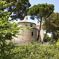 Entrada al jardín del castillo e interior.