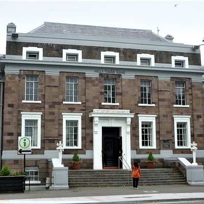 Das Tourist Office ist links um die Ecke in diesem Gebäude