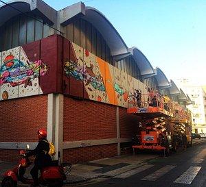 en julio de 2017 la fachada del mercado se cubrió de arte urbano
