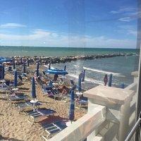 La meravigliosa terrazza del Lido Nadia con la spiaggia che da sulla passerella di scogli