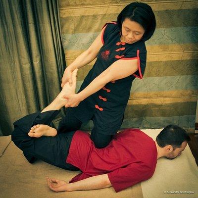 Μασάζ βασισμένο στην ταϊλανδέζικη ιατρική, που ανακουφίζει τους μύες και τις αρθρώσεις.