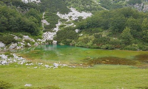 Jezero je udaljeno nekih 800 metara od puta. Nije lako doci do njega, ali ispalti se