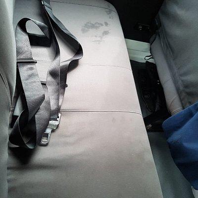 Aqui se notan sucias y el espacio tan pequeño que hay entre el asiento de adelante