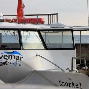 Nuestro barco, a escasos metros del centro de buceo.