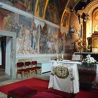 De flotte fresker i koret. Der er pyntet op til bryllup.