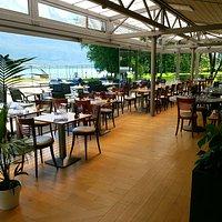 Voici notre terrasse avec vue sur le port et le lac du Bourget