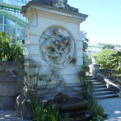 La fontaine devant la grande Serre