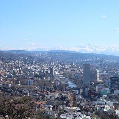 Aussicht auf Zürich West, die Limmat und das Stadtzentrum mit den Alpen.