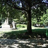 Vue du square et du monument