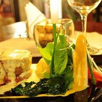 Lomo de res relleno con salsa de queso azul.