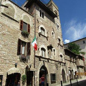 Casa del Maestri Comaciniの前の通り