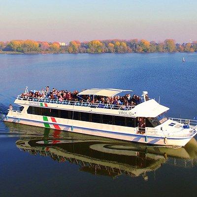 Catamarano Virgilio di ritorno da un'escursione sui laghi di Mantova.