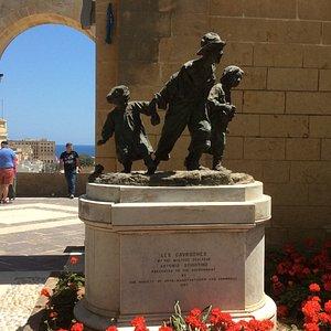 Les Gavroches replica monument in Upper Barrakka Gardens