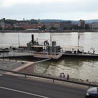 Letztes Ungarische kriegschif vor dem Parlament vertaut