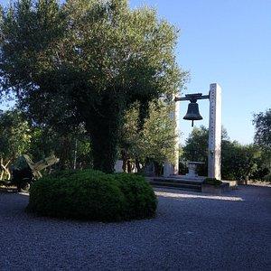 Перед церковью мемориал павшим во Второй мировой войне
