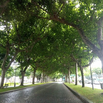 Rua da praça em dia de chuva
