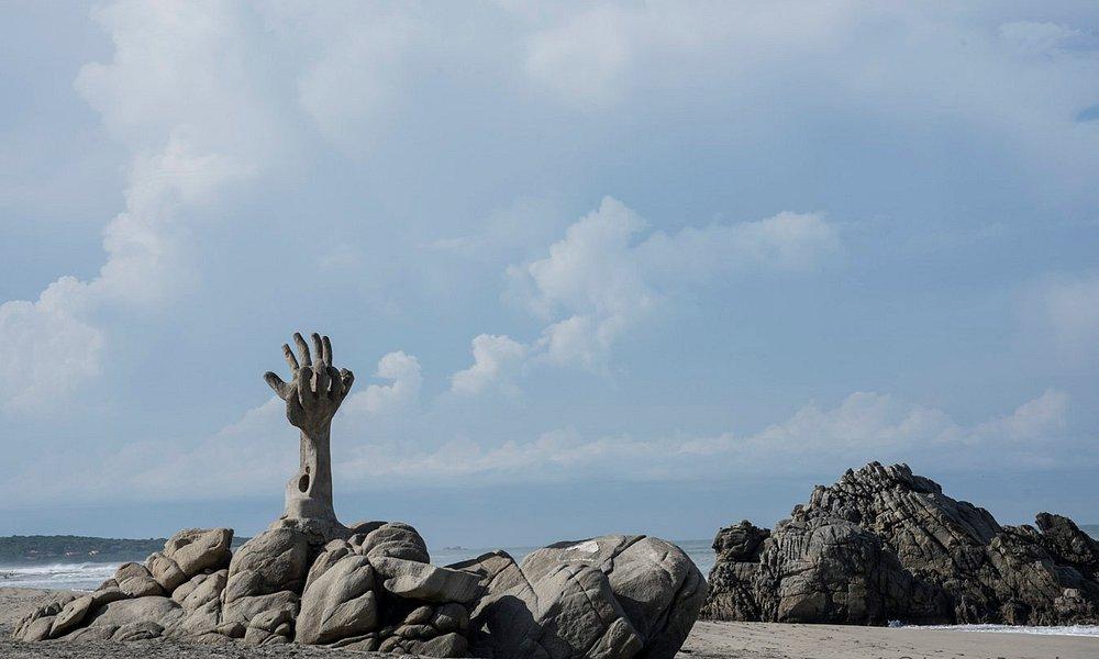Rocas y escultura que delimita la playa de Zicatela con Puerto Escondido
