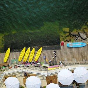 La terrazza del bar si affaccia direttamente sullo scivolo a lago interamente in legno di larice