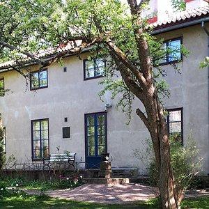Casa Haartman puutarhan puolelta.