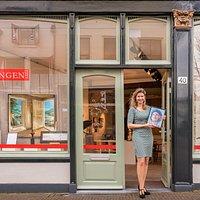 Galeriehouder Karen Boekholt voor de galerie op Lange Tiendeweg 40 in Gouda