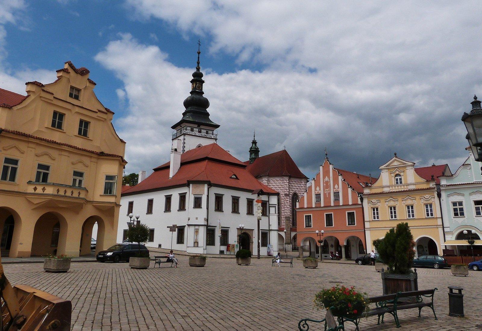 Vež kostela na náměstí s vyhlídkou.