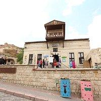 Ebru sanat evi tarihi bir konakta hizmet vermektedir.