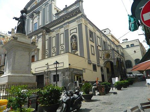 Statua nella piazza