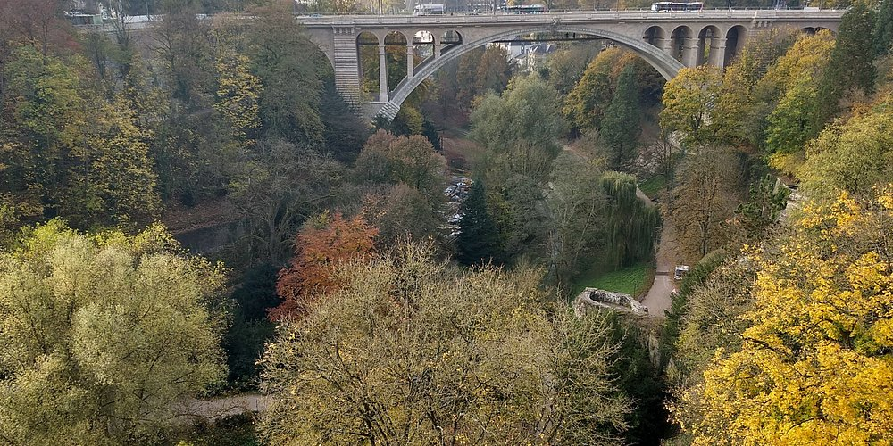 Ao fundo Ponte Adolphe