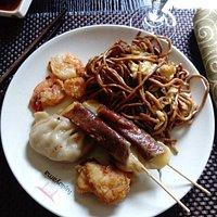 Nouilles, brochettes bœuf-fromage, crevettes, raviole
