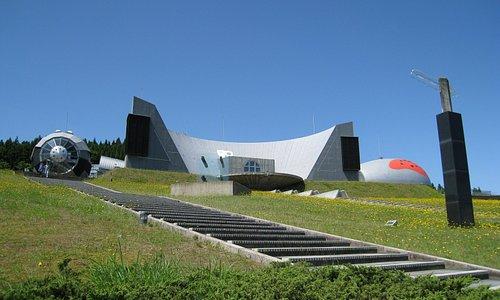 大自然の中に斬外観 ー 斬新なデザインの美術館は、まるで宇宙基地を思わせるような建築
