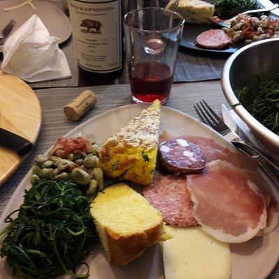 vino, pecorino fresco, lonzino, ciauscolo e salame fabriano tutto OTTIMO!