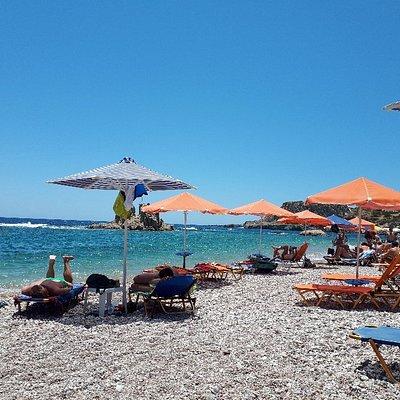 Spiaggia carina con sassi e mare bellissimo, comoda per chi soggiorna ad Amoopi, due lettini ed