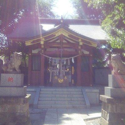 女塚神社の本殿。この左側に塚がある