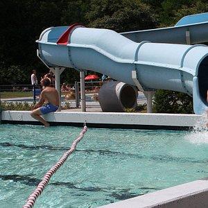 Reuzewaterglijbaan Familiebad de Bosberg van wel  bijna 50 meter
