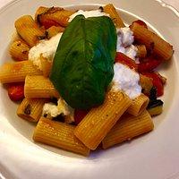 Pasta alla siciliana con melanzane e datterino pelato , con mozzarella