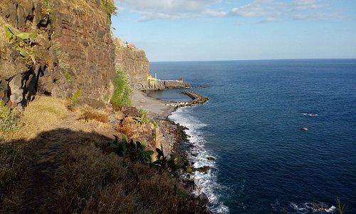 Вид на бухту со стороны старой дороги вдоль моря