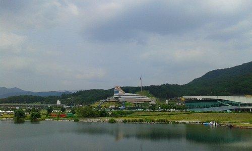 Vue du musée depuis le barrage sur le fleuve Nakdong