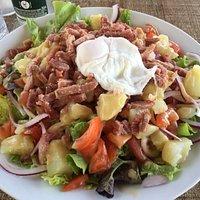 Salade lardons pommes de terre œuf mollet tomates
