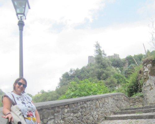 Vista del castello dalla scalinata che porta a Santa Maria di Costantinopoli
