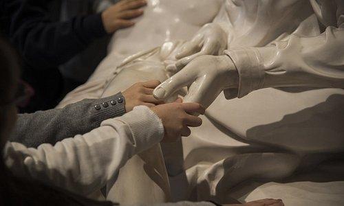 Esplorazione tattile della Pietà di San Pietro - copia di scultura Credits to Luna Simoncini