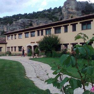Hotel y jardines
