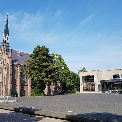 Hellevoetsluis, kerkplein met rechts Het Cultuurhuis