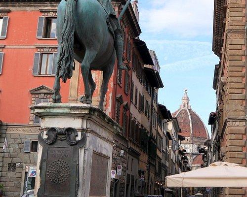 セルヴィ通りからドゥオーモを見通す騎馬像