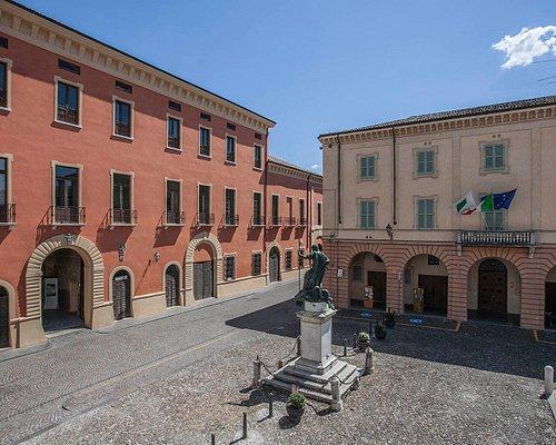 Prospetto ovest di Palazzo Ducale, prospiciente su piazza Mazzini. Foto di Fausto Franzosi.
