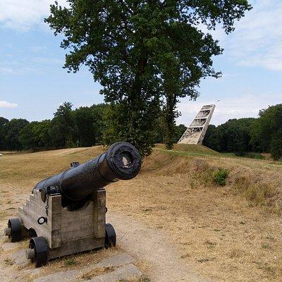 Pompejus-toren met kanon op de voorgrond