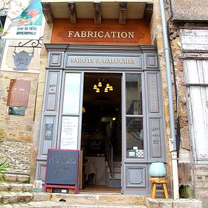 Her atelier/shop as walk from the old bridge.