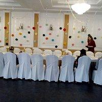 Стол поставили к стене, а весь зал для игры и дискотеки.