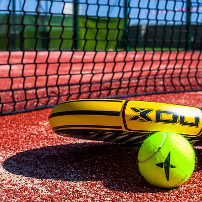 Le padel est un subtil jeu de raquettes qui se révèle instantanément ludique et addictif.